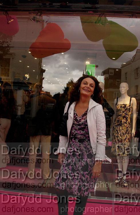 Diane von Furstenberg, Diane von Furstenberg shop opening, Ledbury Rd. 21 September 2003. © Copyright Photograph by Dafydd Jones 66 Stockwell Park Rd. London SW9 0DA Tel 020 7733 0108 www.dafjones.com