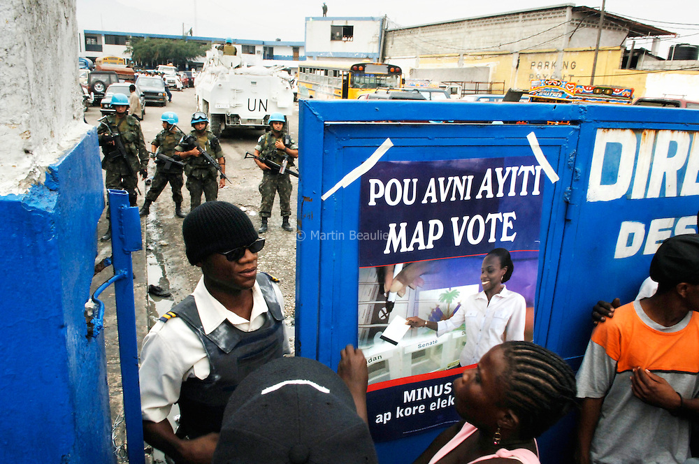 The UN forces, in charge of security during the voting procedures, just informed the electors of an unforeseen delay before the polling station opens.