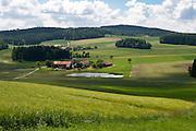 Landschaft, Felder, Wiesen, Wälder, Bauernhof, Teich bei Michelsneukirchen, Vorderer Bayerischer Wald, Bayern, Deutschland | landscape with farm near Michaelsneukirchen, Bavarian Forest, Bavaria, Germany