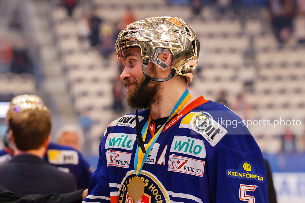150423 Ishockey, SM-Final, V&auml;xj&ouml; - Skellefte&aring;<br /> Noah Welch, V&auml;xj&ouml; Lakers Hockey med guldhj&auml;lm p&aring; sitt huvud.<br /> &copy; Daniel Malmberg/Jkpg sports photo
