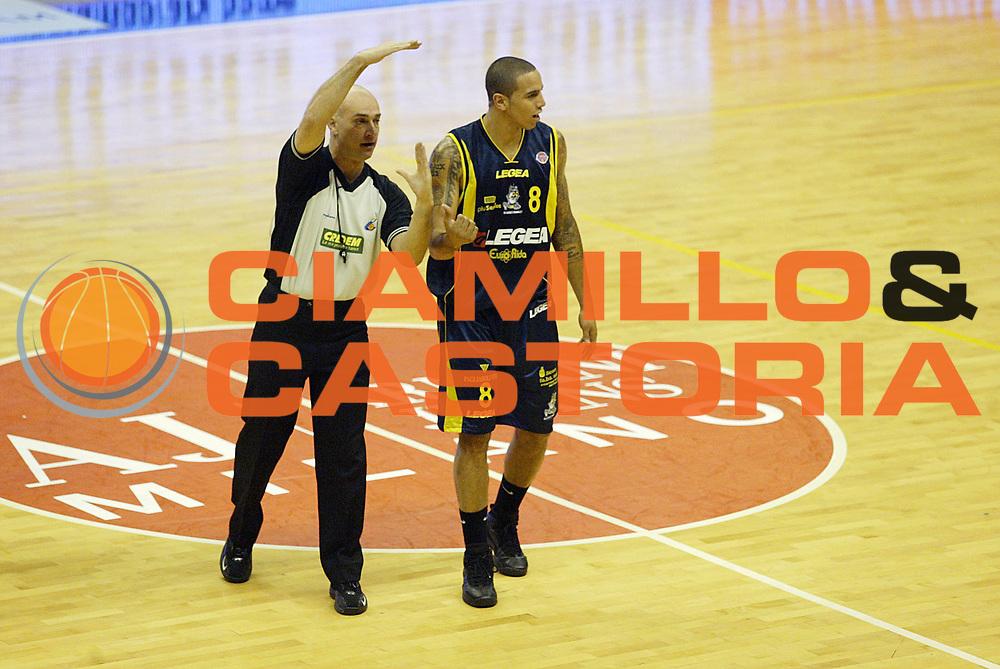 DESCRIZIONE : Associazione Italiana Arbitri Pallacanestro 3 Giornata Lega A1 2006-07 <br /> GIOCATORE : Arbitro Apodaca <br /> SQUADRA : Legea Scafati <br /> EVENTO : Campionato Lega A1 2006-2007 <br /> GARA : Armani Jeans Milano Legea Scafati <br /> DATA : 19/10/2006 <br /> CATEGORIA : Delusione <br /> SPORT : Pallacanestro <br /> AUTORE : Agenzia Ciamillo-Castoria/G.Cottini <br /> Galleria : Aiap 2006-2007 <br /> Fotonotizia : Associazione Italiana Arbitri Pallacanestro 3 Giornata Campionato Italiano Lega A1 2006-2007 <br /> Predefinita :