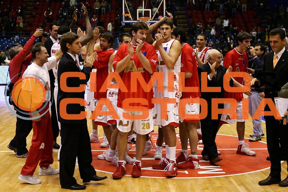 DESCRIZIONE : Milano Lega A1 2006-07 Armani Jeans Milano Climamio Fortitudo Bologna<br /> GIOCATORE : Team Armani Jeans Milano<br /> SQUADRA : Armani Jeans Milano<br /> EVENTO : Campionato Lega A1 2006-2007<br /> GARA : Armani Jeans Milano Climamio Fortitudo Bologna<br /> DATA : 12/11/2006<br /> CATEGORIA : Esultanza<br /> SPORT : Pallacanestro<br /> AUTORE : Agenzia Ciamillo-Castoria/L.Lussoso