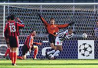 Fotball: 29.11.2001 Torino, Italia<br />UEFA Champions League, Juventus - Bayer Leverkusen, Torinos Trezequet dreht nach seinem Tor zum 1:0 jubelend ab. Leverkusens Torwart Hans Jørg Butt und Jens Nowotny geschlagen. <br /><br />Foto: Sørli Binder, Digitalsport