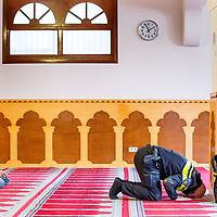 Nederland, Amsterdam, 5 maart 2017.<br /> Op zondag 5 maart om 14.00 uur organiseren het Comit&eacute; 21 maart en het Collectief Tegen Islamofobie en Discriminatie een solidariteitsbijeenkomst in de Grote Moskee van Amsterdam aan de Weesperzijde 76. Iedereen is uitgenodigd om zijn solidariteit met moslims te tonen. In het huidige politieke klimaat is de rechtsstaat onder druk komen te staan en biedt zij volgens meerdere partijen niet aan alle burgers gelijke bescherming. Daarom zullen we samen een geluid laten horen tegen de haatzaaiende verhalen en met zoveel mogelijk verschillende mensen solidariteit tonen met moslims. Dit is hard nodig omdat zij vaak niet alleen doelwit voor extreem-rechts zijn, maar ook voor religieus extremisme. <br /> De islam en moslims worden vandaag de dag over het hele politieke spectrum geproblematiseerd en dat zorgt voor een gevoel van angst en onveiligheid. Op deze dag komen organisaties die zich inzetten voor de rechten van vrouwen en homo's, tegen anti-zwart racisme en islamofobie, vakbonden en migrantenorganisaties samen om deze angst te vervangen door binding en inclusiviteit. Naast het tonen van solidariteit willen de organisaties iedereen oproepen om naar de stembus te gaan en actief deel te nemen aan het publieke debat. <br /> Gespreksleider is: Yassin El Forkani (Jongerenimam)<br /> Op de foto: Voorafgaand aan de bijeenkomst wordt er gebeden zoals deze Nederlandse politieman van Marokkaanse afkomst.<br />  <br /> <br /> <br /> Foto: Jean-Pierre Jans