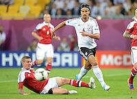 FUSSBALL  EUROPAMEISTERSCHAFT 2012   VORRUNDE Daenemark - Deutschland       17.06.2012 Daniel Agger (li, Daenemark) gegen Sami Khedira (re, Deutschland)