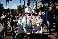 NAPOLI. UN BAMBINO MOSTRA UN CARTELLONE DI PROTESTA CONTRO GLI ABBATTIMENTI DELLE CASE ABUSIVE;