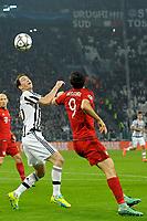 Stephan Lichtsteiner Juventus, Robert Lewandowski Bayern <br /> Torino 23-02-2016 Juventus Stadium, Football Champions League 2015/2016 Round of 16 Juventus - Bayern Munich / Juventus - Bayern Monaco .  Foto Filippo Alfero / Insidefoto