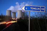 Temelin/Tschechische Republik, CZE, 11.12.06: Entweichende Dampfschwaden aus den K&uuml;hlt&uuml;rmen des Atomkraftwerks Temelin in Abendstimmung mit Ortsschild.<br /> <br /> Temelin/Czech Republic, CZE, 11.12.06: View on exhalation of Temelin NPS cooling towers during later evening with a road sign.