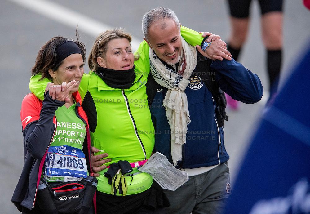 06-11-2016 USA: NYC Marathon We Run 2 Change Diabetes day 3, New York<br /> De dag van de marathon, 42 km en 195 meter door de straten van Staten Island, Brooklyn, Queens, The Bronx en Manhattan / Lopers, sporters vermoeid, kapot, gesteund