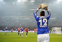 FUSSBALL   1. BUNDESLIGA   SAISON 2011/2012   20. SPIELTAG FC Schalke 04 - FSV Mainz 05                                  04.02.2012 Marco Hoeger (FC Schalke 04) beim Einwurf in der Veltins Arena auf Schalke