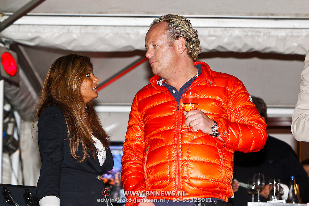 NLD/Laren/20100619 - Gooisch Meisje Kimberly Bosman met partner Peter Maronier