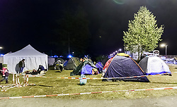 27.09.2015, Grenzübergang, Salzburg, AUT, Fluechtlingskrise in der EU, im Bild Flüchtlinge warten an der Grenze zu Deutschland und schlafen am Boden oder in Zelten, Übersicht der Zeltstadt // Refugees wait on the border to Germany and to sleep on the ground or in tents, Overview. Thousands of refugees fleeing violence and persecution in their own countries continue to make their way toward the EU, border crossing, Salzburg, Austria on 27.09.2015. EXPA Pictures © 2015, PhotoCredit: EXPA/ JFK