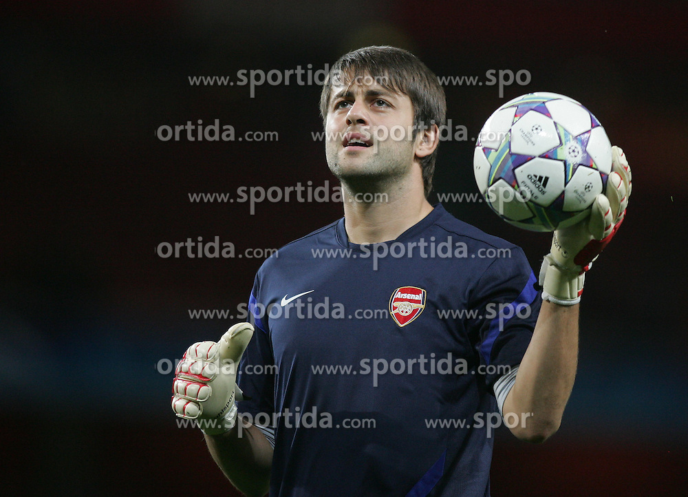 28.09.2011, Emirates Stadium, London, ENG, UEFA CL, Gruppe F, FC Arsenal (ENG) vs Olympiakos Piräus (GRE), im Bild Arsenal's Lukasz Fabianski // during the UEFA Champions League game, group F, ENG, UEFA CL, FC Arsenal (ENG) vs Olympiakos Piräus (GRE) at Emirates Stadium in London, United Kingdom on 2011/09/28. EXPA Pictures © 2011, PhotoCredit: EXPA/ Newspix/ Michal Zemanek +++++ ATTENTION - FOR AUSTRIA/(AUT), SLOVENIA/(SLO), SERBIA/(SRB), CROATIA/(CRO), SWISS/(SUI) and SWEDEN/(SWE) CLIENT ONLY +++++