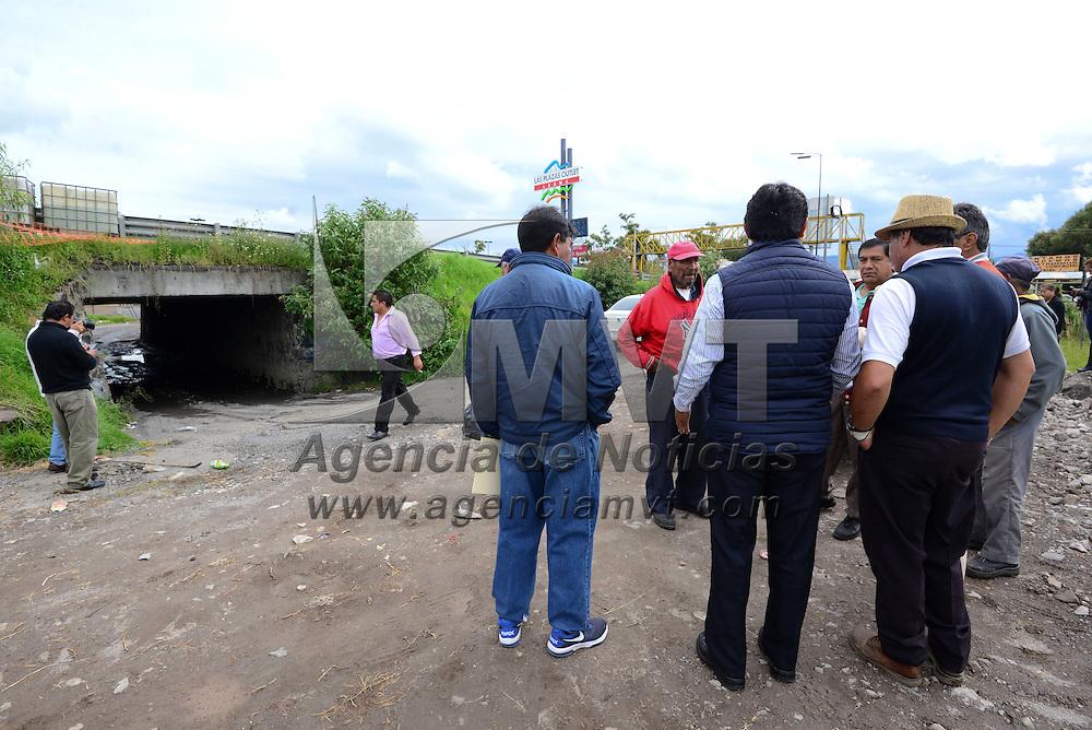 Ocoyoacac, México (Septimbre 05, 2016).- Vecinos de El Llanito, en Ocoyoacac se reunieron con autoridades municipales y encargados de las obras del Tren Interurbano México-Toluca, para exigir les construyan un puente vehicular en la zona, de lo contrario  realizaran el cierre de la carretera Toluca-México.  Agencia MVT / Crisanta Espinosa.