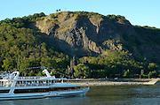 Naturpark Rhein-Westerwald..Erpeler Ley, Felsen am Rhein, Brückenkopf der alten Remagener Brücke, Schiff