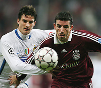 Fotball<br /> Bundesliga Tyskland<br /> Foto: Witters/Digitalsport<br /> NORWAY ONLY<br /> <br /> 05.12.2006<br /> v.l. Marco Andreolli, Roy Makaay Bayern<br /> Champions League FC Bayern München - Inter Milan