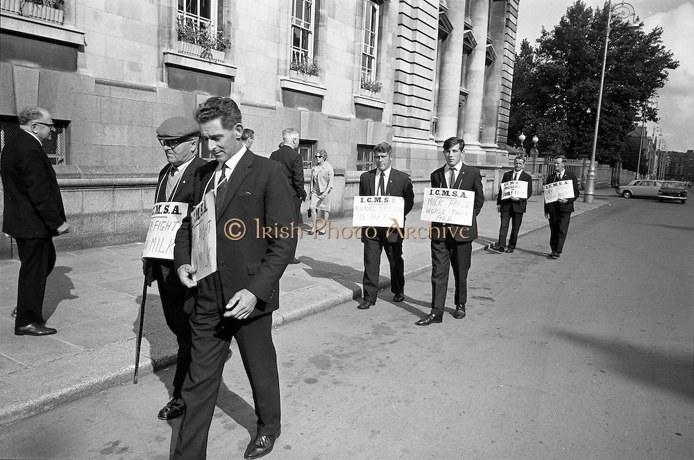 17/09/1968<br /> 09/17/1968<br /> 17 September 1968<br /> ICMSA pickets outside Government Buildings, Merrion Street, Dublin. Picture shows Irish Creamery Milk Suppliers Association pickets from Co. Limerick: J.J. Daly (Ballylanders); Paddy O'Grady (Murroe); Martin Ryan (Brittas); John Egan (Murroe); Patrick White (Rath, Murroe) and James O'Brien (Murroe).