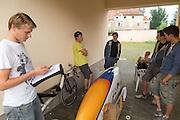 Teamleden bespreken het plan voor de avond waarop getest mag worden, het weerbericht is echter slecht. Het Human Power Team Delft en Amsterdam (HPT), dat bestaat uit studenten van de TU Delft en de VU Amsterdam, is in Senftenberg voor een poging het uurrecord te verbreken op de Dekrabaan met de VeloX4. In september wil het HPT daarna een poging doen het wereldrecord snelfietsen te verbreken, dat nu op 133 km/h staat tijdens de World Human Powered Speed Challenge.<br /> <br /> The Human Power Team Delft and Amsterdam, consisting of students of the TU Delft and the VU Amsterdam, is in Senftenberg (Germany) for the attempt to set a new hour record on a bicycle with the special recumbent bike VeloX4. They also wants to set a new world record cycling in September at the World Human Powered Speed Challenge. The current speed record is 133 km/h.