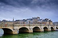 France, Paris (75), les rives de la Seine, classées Patrimoine Mondial de l'UNESCO, pont Neuf durant le confinement du Covid 19 // France, Paris, Seine river bank, Pont Neuf bridge during the containment of Covid 19
