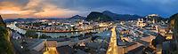 Vom Mönchsberg aus hat man einen freien und aufregenden Panoramablick auf die Weltkulturerbe Altstadt von Salzburg mit der Festung Hohensalzburg, dem Dom zu Salzburg und der Salzach bei Sonnenuntergang.