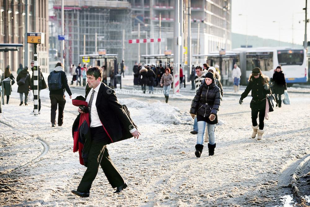 Nederland, Amsterdam , 21 december 2009..Drukte en chaos bij tramhaltes voor Centraal station vanwege sneeuw...Foto:Jean-Pierre Jans