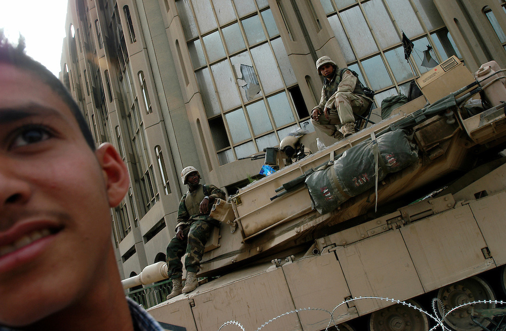 US Soldiers guard important buildings and ministries in the streets of Baghdad..Baghdad, Iraq. 17 May 2003..Photo © J.B. Russell