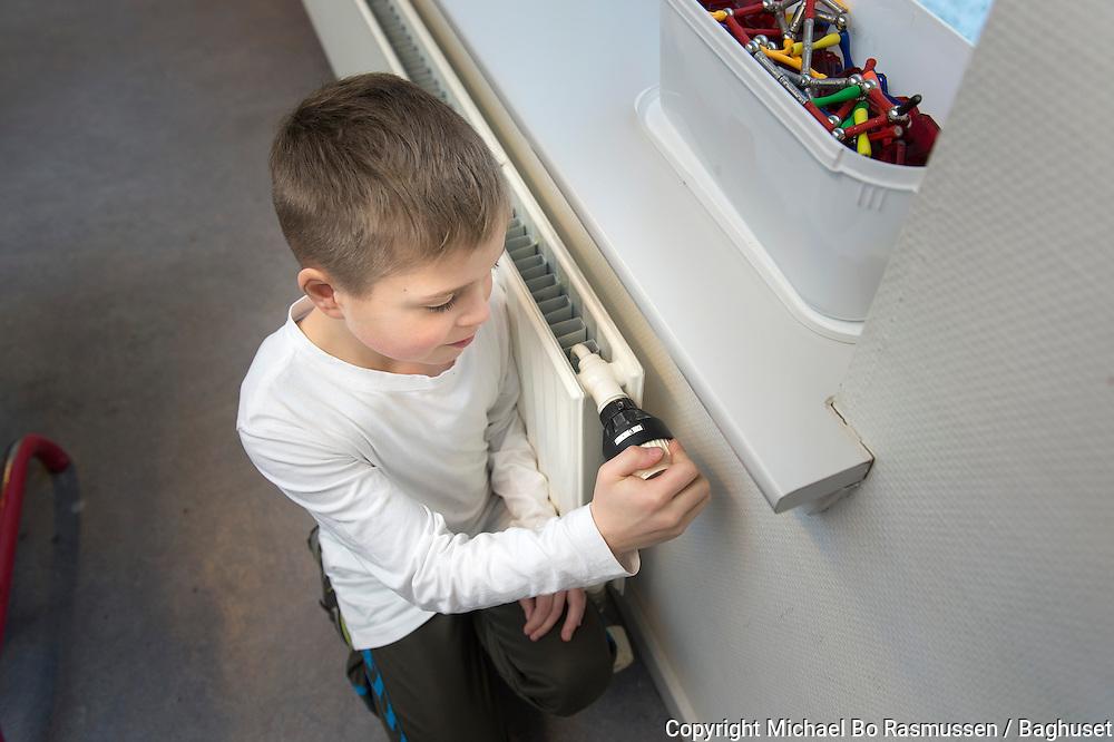 Lendum Skole. Elev fra 2. klasse ved radiator. Foto: © Michael Bo Rasmussen / Baghuset. Dato: 07.02.13