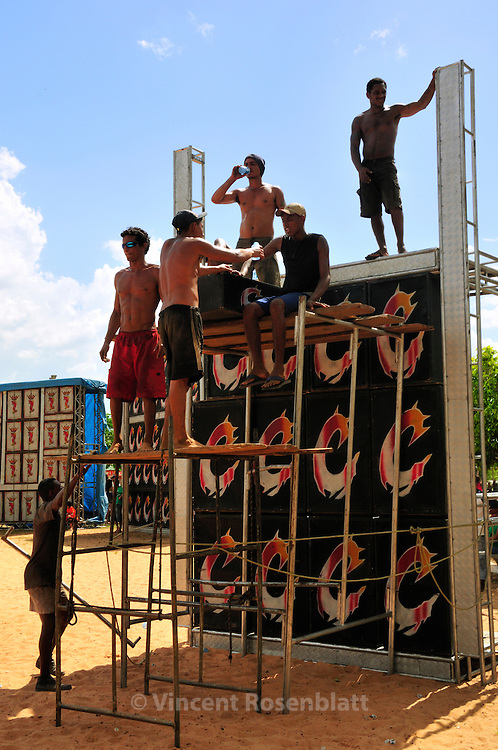 Mounting of the soundsystem of the Cyborg, one of the major soundmachine of the state of Para. The party starts in the afternoon and will only end at the sunrise. An Amazonian, popular rave party, swinging on the rythm of Technobrega..? Vincent Rosenblatt / Agencia Olhares