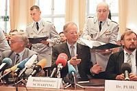 20 JUN 2000, BERLIN/GERMANY:<br /> Rudolf Scharping (M), SPD, Bundesverteidigungsminister, während dem Abschluß des Rahmenvertrages zwischen Bundeswehr und Industrie, Julius-Leber-Kaserne <br /> IMAGE: 20000620-01/01-20<br /> KEYWORDS: Unterschrift