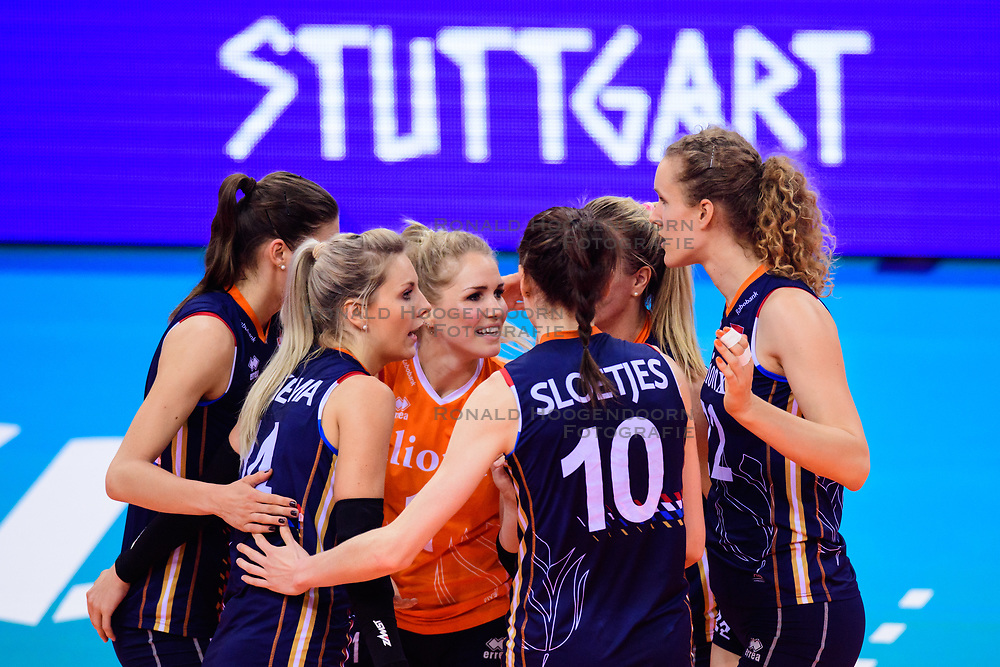 12.06.2018, Porsche Arena, Stuttgart<br /> Volleyball, Volleyball Nations League, Türkei / Tuerkei vs. Niederlande<br /> <br /> Jubel Anne Buijs (#11 NED), Laura Dijkema (#14 NED), Kirsten Knip (#1 NED), Lonneke Sloetjes (#10 NED), Maret Balkestein-Grothues (#6 NED), Nicole Koolhaas (#22 NED)<br /> <br /> Foto: Conny Kurth / www.kurth-media.de