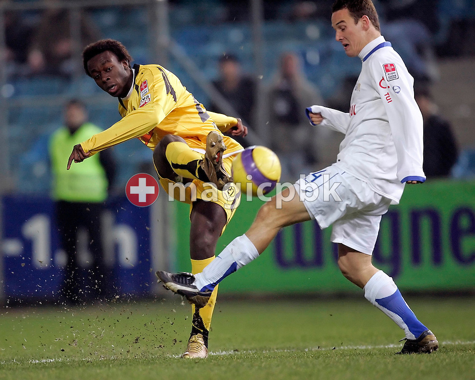 YB's Franck MADOU (L) plays the ball while FCZ's Steve VAN BERGEN (R) tries to block during the game between FC Zuerich and the BSC Young Boys Bern at the Hardturm stadium in Zurich, Switzerland, Saturday, February 17, 2007. FC Zurich wins the game against BSC Young Boys Bern by one to nil. (Photo by Patrick B. Kraemer / MAGICPBK)
