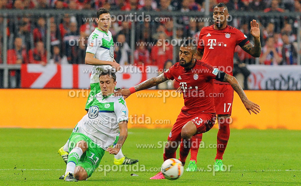 22.09.2015, Allianz Arena, Muenchen, GER, 1. FBL, FC Bayern Muenchen vs VfL Wolfsburg, 6. Runde, im Bild vl. Max Kruse (VfL Wolfsburg) und Arturo Vidal (FC Bayern Meunchen) // during the German Bundesliga 6th round match between FC Bayern Munich and VfL Wolfsburg at the Allianz Arena in Muenchen, Germany on 2015/09/22. EXPA Pictures &copy; 2015, PhotoCredit: EXPA/ Eibner-Pressefoto/ Stuetzle<br /> <br /> *****ATTENTION - OUT of GER*****