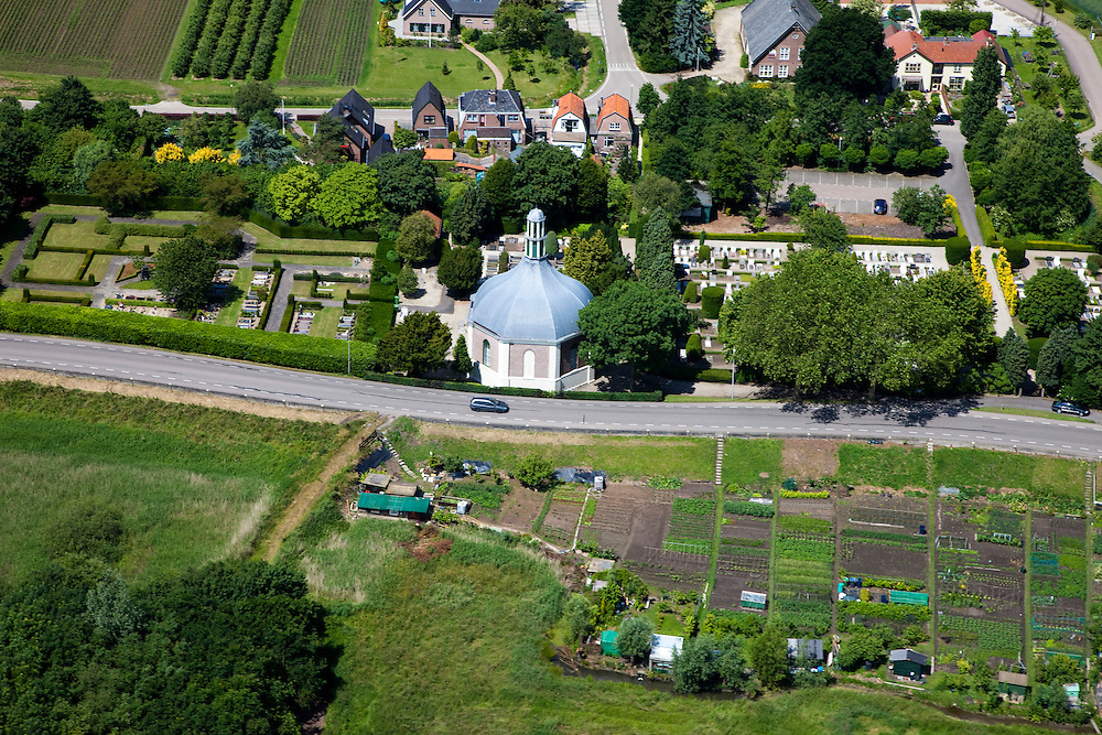 Nederland, Zuid-Holland, Arkel, 12-06-2009; Koepelkerkje met begraafplaats tussen de Onderweg en het Kerkeind, geflankeerd door volkstuin..Swart Collection, aerial photo (additional fee required).foto Siebe Swart / photo Siebe Swart