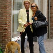 NLD/Laren/20060825 - Viola Holt, partner Peter met hond Beau wandelend in Laren