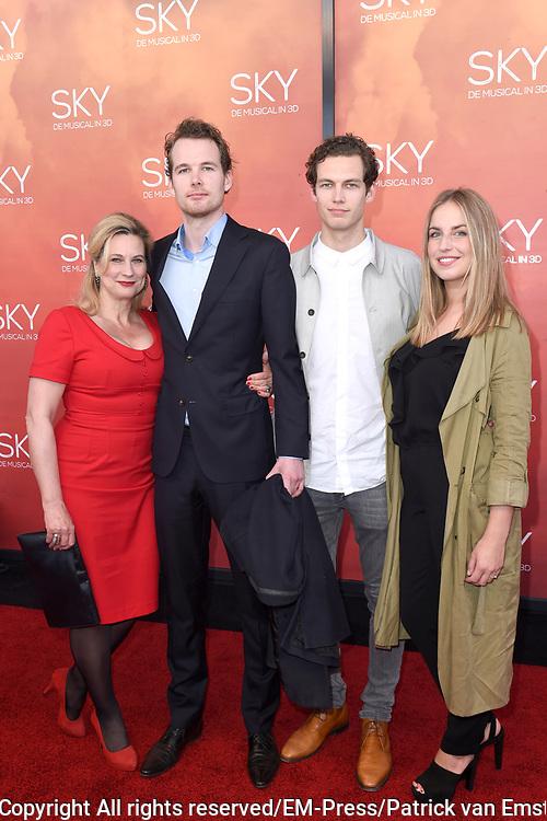 Premiere van de 3D musical Sky in Theater Amsterdam.<br /> <br /> Op de foto:  Carine Crutzen met haar zoons Sebastiaan de Vries, Vincent de Vries