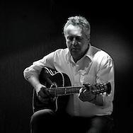 """Nach Feierabend macht der Hinz&Kunzt-Verkäufer Thomas Lehmann.Musik. Im Herbst bringt der ehemalige Obdachlose, der von einer.Karriere als Musiker träumt, sein Debütalbum """"I am still here"""".heraus und gibt in der Althamburger Kneipe """"Drei Eichen"""" ein Konzert."""