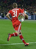 FUSSBALL  CHAMPIONS LEAGUE  SAISON 2012/2013  FINALE  Borussia Dortmund - FC Bayern Muenchen         25.05.2013 Champions League Sieger 2013 FC Bayern Muenchen: Bastian Schweinsteiger enteilt mit dem Pokal