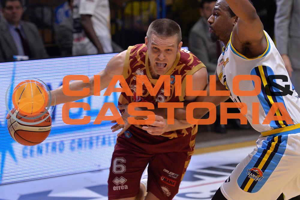 DESCRIZIONE : Cremona Lega A 2015-16 Play Off gara 2 Vanoli Cremona Umana Reyer Venezia <br /> GIOCATORE : Michael Bramos<br /> CATEGORIA :  Penetrazione sequenza<br /> SQUADRA : Umana Reyer Venezia<br /> EVENTO : Campionato Lega A 2015-2016 GARA : Vanoli Cremona vs Umana Reyer Play Off gara 2<br /> DATA : 10/05/2016 <br /> SPORT : Pallacanestro <br /> AUTORE : Agenzia Ciamillo-Castoria/I.Mancini<br /> Galleria : Lega Basket A 2015-2016 Fotonotizia : Cremona Lega A 2015-16 PlayOff Gara 2  Vanoli Cremona Umana Reyer Venezia