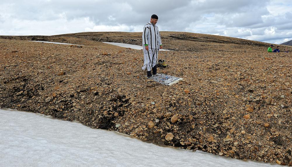 06-07-2014 NED: Iceland Diabetes Challenge dag 2, Landmannalaugar <br /> Trek van Landmannalaugar naar Hrafntinnusker. Een prachtige trekking door de hooggebergte van Landmannalaugar met veel kleuren, sneeuw, gletsjers en zwarte landschappen / Abderrahman