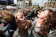 Op de Neude in Utrecht wordt een poging gedaan het wereldrecord roze koekhappen te verbreken. De poging wordt gedaan in het kader van het Midzomer Gracht festival, het homocultureel evenement in Utrecht. Naar verluidt hebben 1700 mensen meegedaan, genoeg voor een nieuw wereldrecord.<br /> <br /> More than 1700 people are trying to bite a pink cake to break the new world record. The attempt is organized as part of the homo cultural festival in Utrecht.