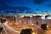 OBELISCO, PLAZA DE LA REPUBLICA Y AVENIDA 9 DE JULIO AL ANOCHECER, CIUDAD AUTONOMA DE BUENOS AIRES, ARGENTINA