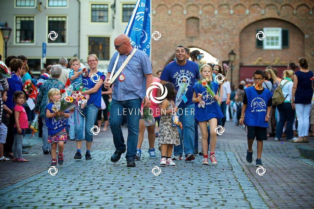 ZALTBOMMEL - De laatste avond van de avondvierdaagse met de finishlijn op de markt in Zaltbommel. Alle wandelaars komen via de Waterpoort de binnenstad binnengelopen. FOTO LEVIN DEN BOER - PERSFOTO.NU