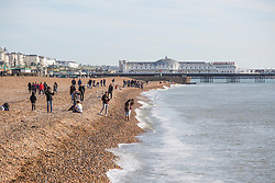 © Licensed to London News Pictures. 19/11/2017. Brighton, UK. Members of the  public enjoy the sunny and dry weather to spend time on the beach in Brighton and Hove. Photo credit: Hugo Michiels/LNP