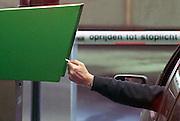 Nederland, Nijmegen, 12-10-2011Parkeergarage. Automobilist stopt parkeerkaart, pinpas, chipknip in de automaat om ui te rijden.  Foto: Flip Franssen/Hollandse Hoogte