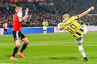 ROTTERDAM - Feyenoord - Vitesse , Voetbal , Eredivisie , Seizoen 2016/2017 , De Kuip , 16-12-2016 , Vitesse speler Adnane Tighadouini (r) schiet de bal hard langs Feyenoord speler Rick Karsdorp (l) en scoort de 1-1