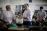 Belo Horizonte_MG, Brasil...Chef de cozinha de Catalao, Paco Perez, no festival gastronomico Sabor e Saber, nessa foto ele esta cozinhando...The Catalan chef, Paco Perez, in the  gastronomy festival Sabor e Saber, in this photo he is cooking...FOTO: BRUNO MAGALHAES / NITRO.