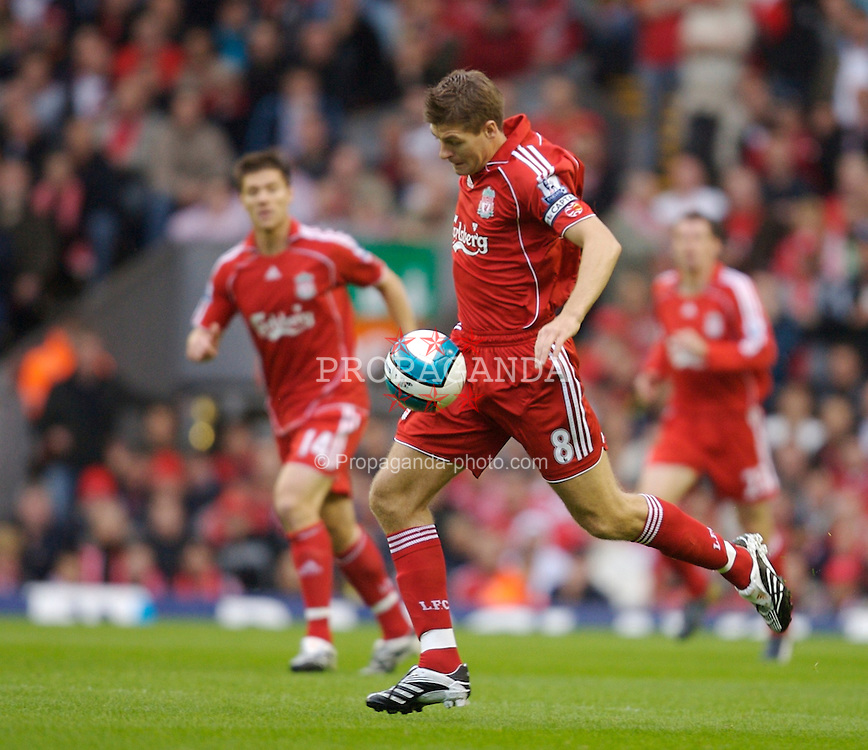 Liverpool, England - Sunday, August 19, 2007: Liverpool's Steven Gerrard MBE in action against Chelsea during the Premiership match at Anfield. (Photo by David Rawcliffe/Propaganda)