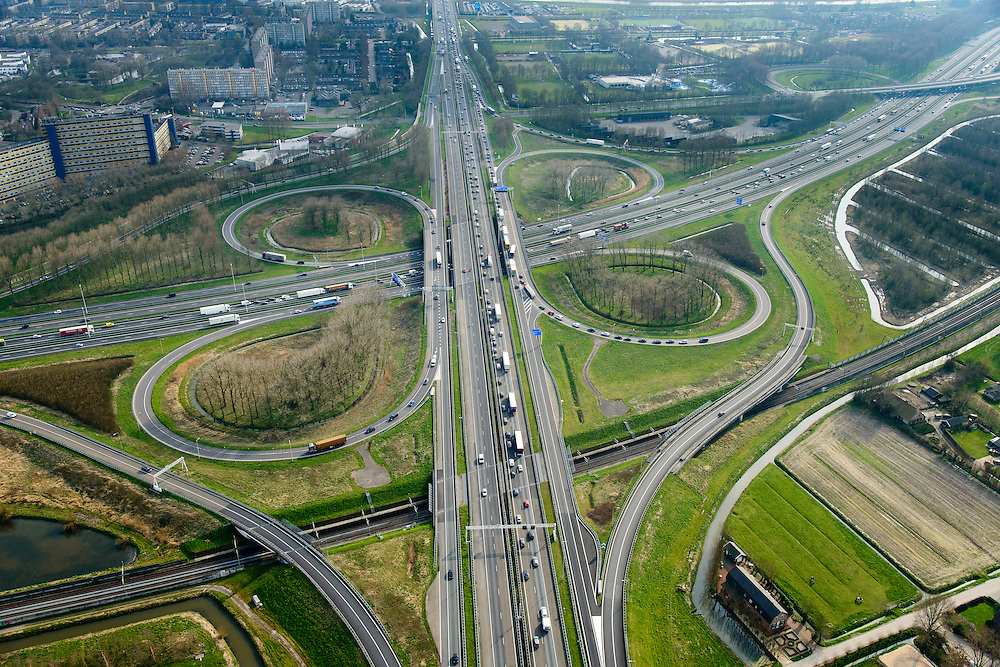 Nederland, Zuid-Holland, Gemeente Gorinchem, 01-04-2016; knooppunt Gorinchem, kruising A27 en A15 (vlnr) met langzaam rijdend en stilstaand verkeer.<br /> Gorinchem junction.<br /> luchtfoto (toeslag op standard tarieven);<br /> aerial photo (additional fee required);<br /> copyright foto/photo Siebe Swart