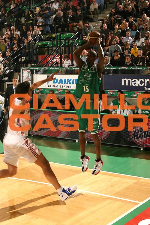 DESCRIZIONE : Treviso Lega A1 2006-07 Benetton Treviso Lottomatica Virtus Roma <br /> GIOCATORE : Shumpert <br /> SQUADRA : Benetton Treviso<br /> EVENTO : Campionato Lega A1 2006-2007 <br /> GARA : Benetton Treviso Lottomatica Virtus Roma <br /> DATA : 01/04/2007 <br /> CATEGORIA : Tiro <br /> SPORT : Pallacanestro <br /> AUTORE : Agenzia Ciamillo-Castoria/M.Marchi