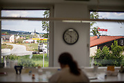 Blick aus der ehemaligen Grenzstation in Dolni Dvoriste - von 1955 bis 1989 lag der Ort am Eisernen Vorhang. Heutzutage ist die Zahnklinik von MUDr. Vaclav Bruna in dem Gebäude.